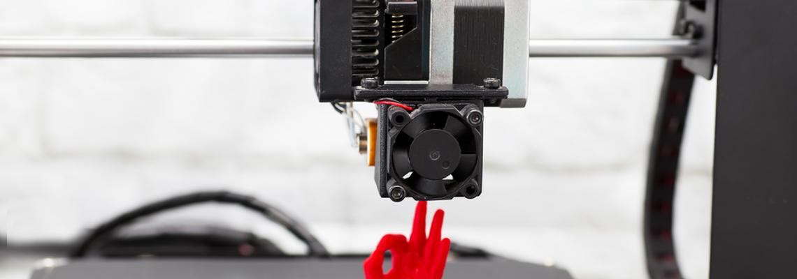3D-Drucker erstellt eine menschliche Hand aus Plastik, die das Okay-Zeichen gibt.